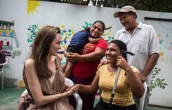 أنجلينا جولي تتفقد اللاجئين على حدود كولومبيا