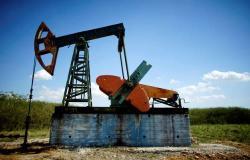 محدث.. أسعار النفط تهبط عند التسوية في جلسة متقلبة