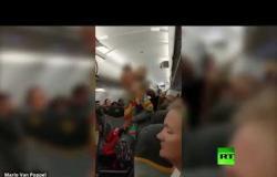 """طرد بريطانيتين من طائرة لوصفهما مسلمين بـ """"الإرهابيين"""""""