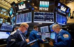 محدث..الأسهم الأمريكية تهبط من مستويات قياسية مع عدم اليقين التجاري