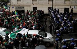 الطلبة يتظاهرون في شوارع الجزائر