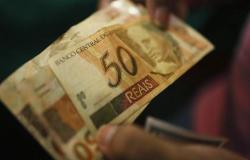 الدولار يكسر حاجز 4 ريالات برازيلي لأول مرة منذ مايو