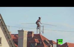 فتاة من فرنسا تجذب الأنظار بمشيها على حبل وسط العاصمة التشيكية