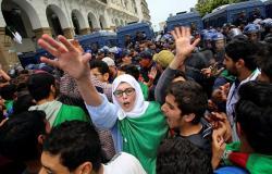 """فيديو.. محتجون يقتحمون مقر """"لجنة الوساطة الجزائرية"""" ويرفضون تمثيلها للحراك"""