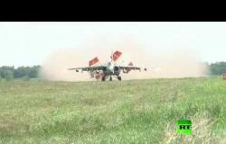 """شاهد هبوط طائرات """"سو-25 إس إم"""" الهجومية على مدرج ترابي"""