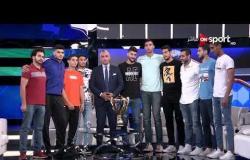 سيف زاهر يلتقط صورة تذكارية مع أبطال العالم وكأس العالم لكرة اليد للناشئين
