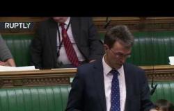 """بريطانيا.. زعيم مجلس العموم يثير """"السخرية"""" بطريقة جلوسه خلال جلسة محتدمة"""