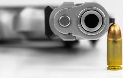 """""""المسدس في فم الرضيع""""... فيديو يثير فزع السعوديين والسلطات تتحرك (فيديو)"""