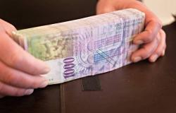 مكاسب واسعة للفرنك السويسري مع تمسك المركزي بالسياسة النقدية