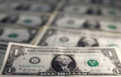 محدث.. الدولار الأمريكي يواصل الخسائر عالمياً بعد بيانات اقتصادية