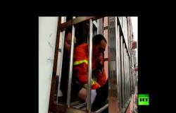 إنقاذ طفل علق رأسه بين قضبان شرفة حديدية وتدلى على ارتفاع 4 طوابق