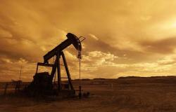محدث.. النفط يتراجع 2% عند التسوية مع الشكوك التجارية