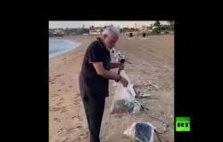 مودي يجمع القمامة حافي القدمين