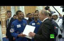 رائد الفضاء الإماراتي يتحدث الروسية مع بوتين ويمنحه هدية