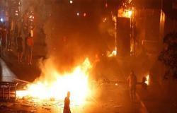 بالفيديو : لبنان.. مواجهات بين المحتجين وشرطة مكافحة الشغب قرب مبنى الحكومة