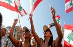 بالفيديو : متظاهرون لبنانيين  ينظفون الطرقات في بيروت