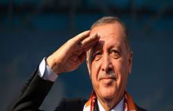 بالفيديو... أردوغان يؤدي التحية العسكرية لجنوده في سوريا