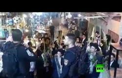 حريديم يحملون سعف نخيل احتفالًا بعيد العُرَش ويؤدون شعائر دينية عند أبواب المسجد الاقصى