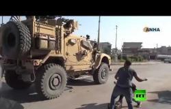شاهد.. أكراد سوريون في القامشلي يقذفون قافلة أمريكية منسحبة إلى العراق بالحجارة