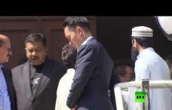 رئيسة السلطات في هونغ كونغ تزور مسجداً بعد تعرضه لرش بسائل ملون