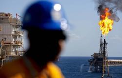 انخفاض أسعار النفط مع ترقب بيانات المخزونات الأمريكية