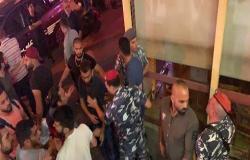 لبنان ..  المتظاهرين يهاجمون مطعم كباب في بيروت للأكل مجانا - فيديو