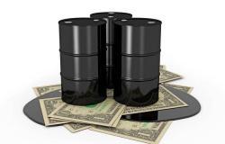 محدث.. أسعار النفط تهبط عند التسوية بفعل القلق التجاري