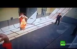 فيديو صادم يظهر كيف خطف سجناء حارسهم واحتجزوه