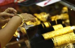 محدث.. الذهب يهبط عند التسوية لكنه يحقق مكاسب أسبوعية