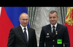 """بوتين يقلد طاقم طائرة روسية وسام """"بطل روسيا"""" للهبوط """"المعجزة"""""""