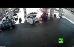 سيارة تصطدم بمحطة للتزود بالوقود وتشتعل