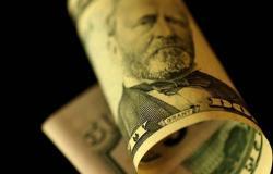 محدث.. الدولار يواصل الخسائر عالمياً بعد بيانات اقتصادية