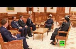 شاهد.. سلطان عمان قابوس بن سعيد يستقبل الأمير البريطاني ويليام في القصر الملكي في مسقط