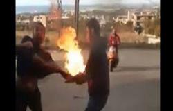 شاهد.. متظاهر لبناني يحاول حرق نفسه في ساحة رياض الصلح