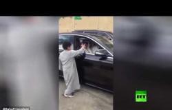"""""""إخواني وأعز"""".. أمير سعودي يتوقف لشرب الشاي في إحدى الاستراحات بالمملكة"""