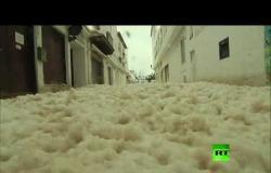 """شاهد.. أنهار من """"القشطة"""" تغمر أحد شواطئ إسبانيا"""