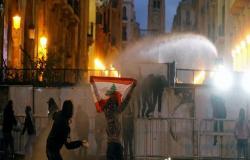 بالفيديو : إصابة عدد من عناصر الشرطة خلال مواجهات مع المحتجين في بيروت