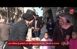 بمناسبة عيد الشرطة.. رجال الداخلية يوزعون الورود على المواطنين في محافظات مصر