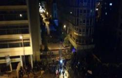 بالفيديو : الجيش اللبناني يتدخل لمنع المحتجين من اقتحام مقر الحكومة في بيروت