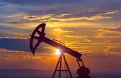 محدث.. النفط يرتفع عند التسوية في جلسة متقلبة