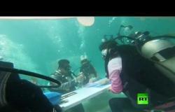 في عيد الحب.. عشاق يعقدون قرانهم تحت الماء