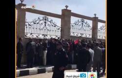 """مواطنون يقرأون """"الفاتحة"""" جماعة خلال المشاركة بجنازة مبارك"""