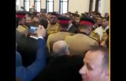 خاص| علاء وجمال مبارك يحملان نعش والدهما قبل صلاة الجنازة عليه