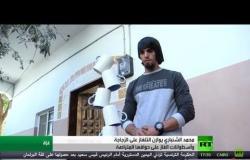 محمد الشنباري يوازن التلفاز على الزجاجة