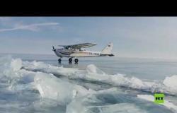 شاهد.. هبوط طائرة على بحيرة البايكال المتجمدة