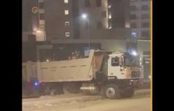 بعد حادث الإقليمي.. سائق نقل يكسر الرصيف للدوران للخلف في التجمع