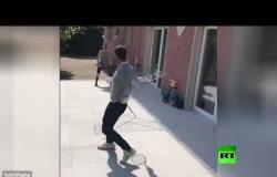 فونيني يلعب مع زوجته كرة المضرب في مكان غريب