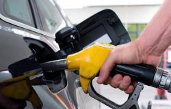 بعد هبوط النفط عالمياً بسبب كورونا.. 3 دول خليجية تخفض أسعار الوقود