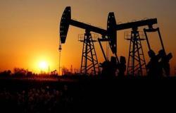 محدث.. النفط يتراجع عند التسوية مع زيادة حادة بالمخزونات الأمريكية