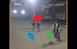 أطفال يلعبون كرة القدم في الشارع وقت حظر التجوال بأسيوط